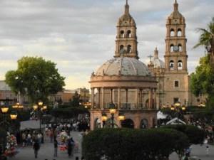 En el centro: Kiosko de la Plaza, y al fondo Catedral Mayor