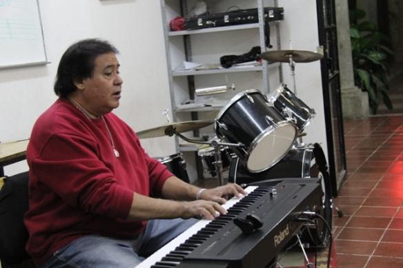 Jacinto Castillo imparte clases de música en la Casa de la Cultura de Zapotlanejo. Foto: Lucía C.