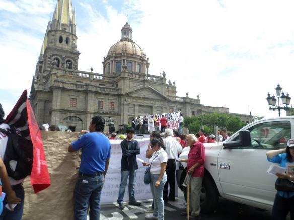 Al llegar a Plaza de Armas, los diversos colectivos escucharon el discurso de algunos activistas sociales jaliscienses. Foto: C. Espinoza