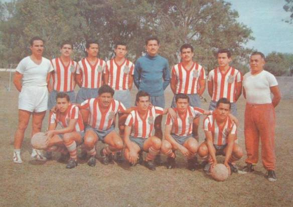 El uniforme de Chivas en la temporada 1960-1961. Foto facebook.com/Datos.Chivas
